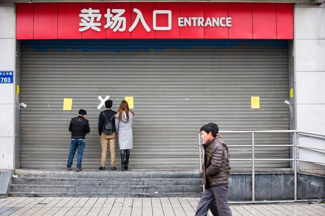 3月6日、韓国のロッテグループは6日、中国の10店舗余りが当局の調査後に閉鎖されたと明らかにした。写真は5日、杭州市で閉店したロッテの店舗(2017年 ロイター)