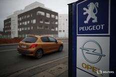 Логотипы автопроизводителей Peugeot и Opel в дилерском центре в Вильпенте 20 февраля 2017 года. Французский автопроизводитель PSA Group купит Opel у своего американского конкурента General Motors за 2,2 миллиарда евро ($2,3 миллиарда), сообщили компании в понедельник, в результате чего будет создан новый европейский гигант отрасли, который сможет бросить вызов лидеру рынка Volkswagen. REUTERS/Christian Hartmann