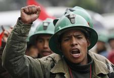 Imagen de archivo de un minero en una marcha de protesta por las calles de Lima, jul 2, 2008. Trabajadores de la minera Cerro Verde, una de las mayores productoras de cobre de Perú, planean iniciar una huelga de cinco días a partir del 10 de marzo en demanda de mejoras en las condiciones laborales, dijo el lunes un dirigente del sindicato.   REUTERS/Mariana Bazo   (PERU)