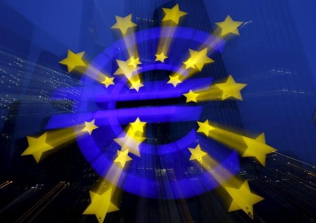 3月3日、ユーロ圏ではフランス、ギリシャ、イタリアで政治・金融情勢が不安定化し、いずれユーロの離脱、ひいては崩壊につながりかねないとの懸念も生じている。写真はユーロの記号。独フランクフルトで昨年1月撮影(2017年 ロイター/Kai Pfaffenbach)