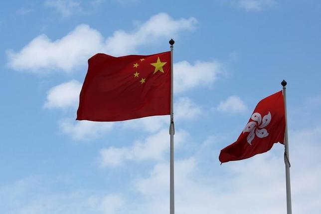 3月6日、中国共産党序列3位の張徳江・全国人民代表大会(全人代)常務委員長は6日、中国には香港の行政長官選挙に「介入」する権利があるとの認識を示した。写真は中国と香港の旗。香港で昨年11月撮影(2017年 ロイター/Bobby Yip)