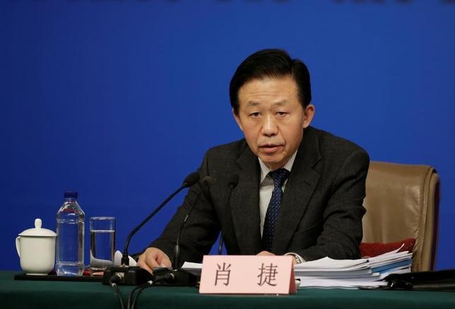 3月7日、中国の肖捷財政相は、中国政府は地方政府の債務上限を厳格に管理し、違法な債務保証へのチェックを強化すると語った。写真は全国人民代表大会(全人代)の記者会見に出席する同相。北京で撮影(2017年 ロイター/Jason Lee)