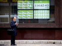 La Bourse de Tokyo a fini en baisse de 0,18% mardi, dans le sillage de Wall Street et sur fond de tensions géopolitiques au lendemain d'essais de missiles balistiques nord-coréens. L'indice Nikkei a perdu 34,99 points. /Photo prise le 20 janvier 2017/REUTERS/Kim Kyung-Hoon