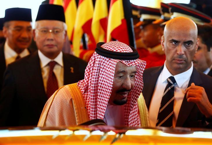 Saudi Arabia's King Salman leaves after inspecting an honour guard with Malaysia's Prime Minister Najib Razak (L) at the Parliament House in Kuala Lumpur, Malaysia February 26, 2017. REUTERS/Edgar Su