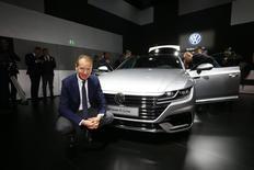 La marque Volkswagen, la plus touchée par le scandale des émissions de voitures diesel, devrait améliorer aussi bien sa rentabilité que sa part de marché cette année après des résultats financiers stables à la faveur d'une réduction des coûts, a déclaré mardi le patron de la marque Herbert Diess (photo). /Photo prise le 6 mars 2017/REUTERS/Arnd Wiegmann