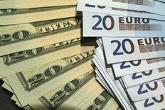 Доллары и евро. Умеренное восстановление, которое наблюдается в мировой экономике, находится под угрозой из-за экономического национализма и различающихся политик центробанков, сообщила Организация экономического сотрудничества и развития (ОЭСР) во вторник, спрогнозировав лишь небольшое ускорение роста.  REUTERS/Philippe Wojazer  (FRANCE - Tags: BUSINESS)