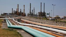НПЗ Ecopetrol в Колумбии. Цены на нефть выросли на вечерних торгах во вторник, но продолжают торговаться в узком коридоре из-за отсутствия чётких сигналов на рынке.   REUTERS/Jaime Saldarriaga