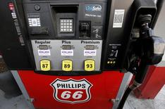 Un surtidor de combustible en una gasolinera Phillips 66 en Wheeling, EEUU, oct 27, 2016. La Administración de Información de Energía (EIA) redujo el martes sus proyecciones sobre el crecimiento mundial de la demanda por crudo en 2017 en 110.000 barriles por día a 1,51 millones de bpd.  REUTERS/Jim Young