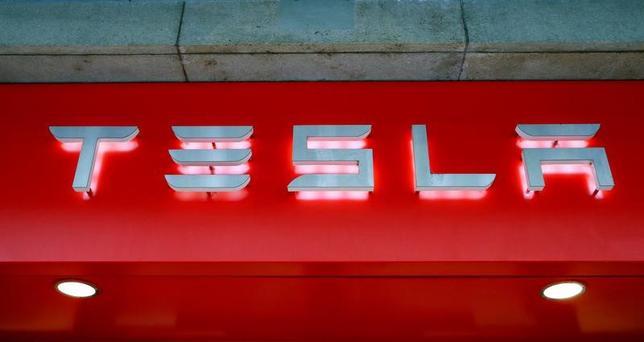 3月7日、米電気自動車(EV)メーカー、テスラ・モーターズの元幹部、ペーター・カールソン氏は、スウェーデンに欧州最大の電池工場を建設するため40億ドル以上の出資を呼び掛けていると明らかにした。写真はチューリッヒで昨年7月撮影(2017年 ロイター/Arnd Wiegmann)