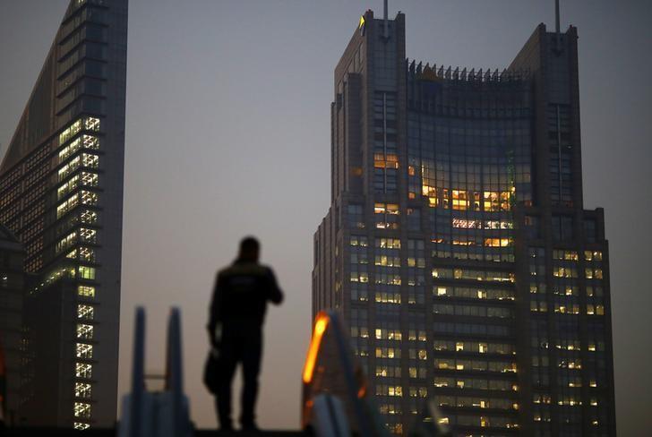 2013年11月,上海浦东金融区,一名男子站在一部扶梯上。REUTERS/Carlos Barria