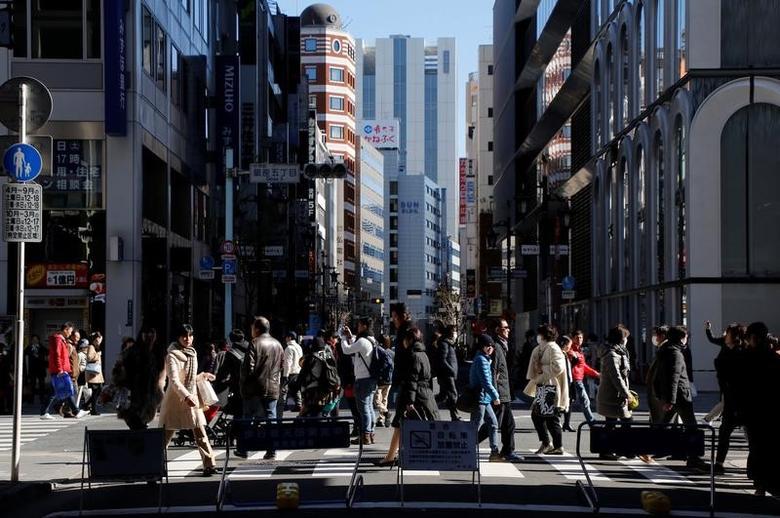 2017年2月12日,日本东京,行人走在银座商业区街头。日本第四季GDP上修,得益于资本支出创近三年来最快增速。REUTERS/Toru Hanai