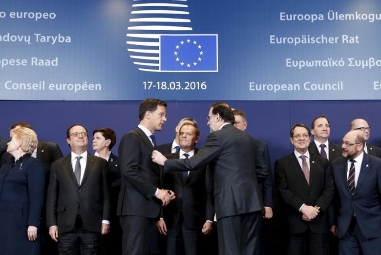 The Netherlands' Prime Minister Mark Rutte (front 3rd L), European Council President Donald Tusk (C) and Spain's acting Prime Minister Mariano Rajoy (front 3rd R) pose for a family photo with other EU leaders during a European Union summit over migration in Brussels, Belgium, March 17, 2016.  REUTERS/Francois Lenoir