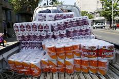 En la imagen un niño descansa en papel higiénico marca Confort, una marca de CMPC, en las calles de Santiago, Chile.10 de noviembre 2015. La forestal chilena Empresas CMPC habría registrado una pérdida de 105,5 millones de dólares en el cuarto trimestre del año pasado, afectada principalmente por el pago de compensaciones a clientes tras un escándalo de colusión en el país, mostró el miércoles un sondeo de Reuters. REUTERS/Ivan Alvarado - RTS6D2B