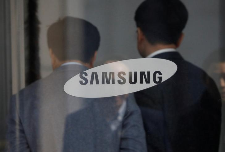 Employees walks in the building of Samsung Electronics in Seoul, South Korea, February 28, 2017. Picture taken February 28, 2017. REUTERS/Kim Hong-Ji/Files