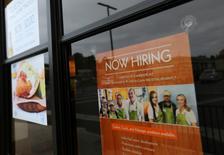 Un aviso de un restaurante de comida rápida que busca trabajadores en Encinita, California. 13 de septiembre 2016.El número de contrataciones del sector privado subió en febrero en Estados Unidos, un dato que sugiere que la economía continúa sólida pese a que el crecimiento parece haberse desacelerado en el primer trimestre. REUTERS/Mike Blake
