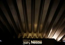 Foto de archivo -  Un logo de Nestlé es fotografiado en la sede de la compañía en Vevey, Suiza, 20 de octubre de 2016. REUTERS/Denis Balibouse/File Photo