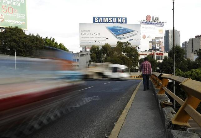 3月8日、韓国のサムスン電子はメキシコから一部の生産を米国に移転させ、約3億ドルの初期投資を行い米国内の生産設備を拡充する。米ウォールストリート・ジャーナル(WSJ)紙が8日、関係筋の話として報じた。 写真はメキシコシティで2012年12月撮影(2017年 ロイター/Bernardo Montoya)