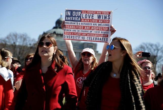 3月8日、全米各地で「国際女性の日」の、経済的な不平等やトランプ米大統領の中絶や医療に関する政策に抗議し「女性のいない1日」と称したデモや集会が開かれた。写真は「女性のいない1日」の支持者。ワシントンで撮影(2017年 ロイター/Joshua Roberts)
