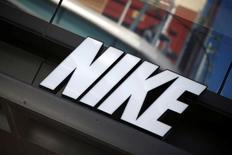 Логотип Nike. Nike Inc в начале 2018 года начнет продавать хиджаб для исповедующих ислам спортсменок, став первым крупным производителем спортивной одежды, представившим специально разработанный для участия в соревнованиях мусульманский головной платок, сообщила компания в среду. REUTERS/Lucy Nicholson
