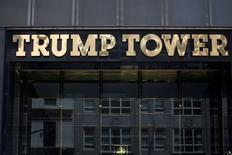"""En la foto de archivo, el logo de Trump Tower en Nueva York el 23 de mayo de 2016. China concedió de forma preliminar la aprobación a 38 marcas relacionadas con Donald Trump, según documentos de la oficina china de marcas registradas, dando al presidente de Estados Unidos y a su familia protección para desarrollar la marca """"Trump"""" en el mercado. REUTERS/Carlo Allegri"""