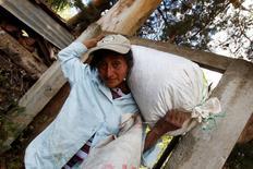 IMAGEN DE ARCHIVO. Blanca Garcia quien es dueña de una plantación de café y además es socia de la Cooperativa de Mujeres Rurales, lleva un saco de café en Cabanas, Honduras. 6 de marzo 2017. Campesinos hondureños demandaron a una entidad del Banco Mundial por otorgar créditos a una empresa que estaría involucrada en una sangrienta disputa de tierras donde produce aceite de palma, dijo el miércoles la organización EarthRights International (ERI). REUTERS Jorge Cabrera