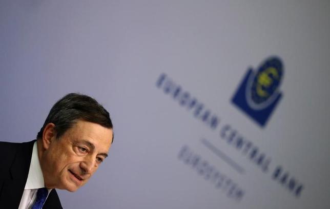 3月9日、ECBは予想通り主要金利と資産買い入れ策を据え置いた。写真は9日、フランクフルトで会見するドラギECB総裁(2017年 ロイター//Kai Pfaffenbach)
