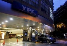 Foto de archivo de una gasolinera de YPF en Buenos Aires, Argentina. 25 de marzo 2015.  La petrolera argentina YPF registró utilidades por 1.775 millones de pesos (114 millones de dólares) en el cuarto trimestre, pero cerró 2016 con pérdidas por 28.379 millones de pesos, comunicó la empresa el jueves. REUTERS/Enrique Marcarian