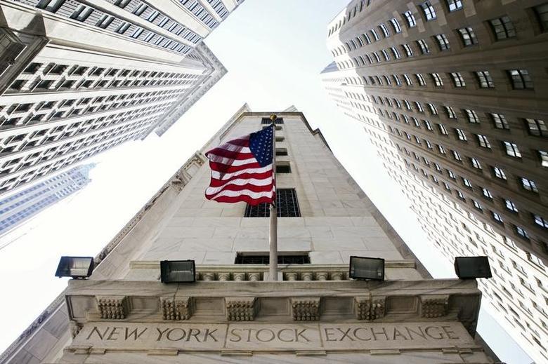 2015年8月,纽约证交所悬挂的美国国旗。REUTERS/Lucas Jackson