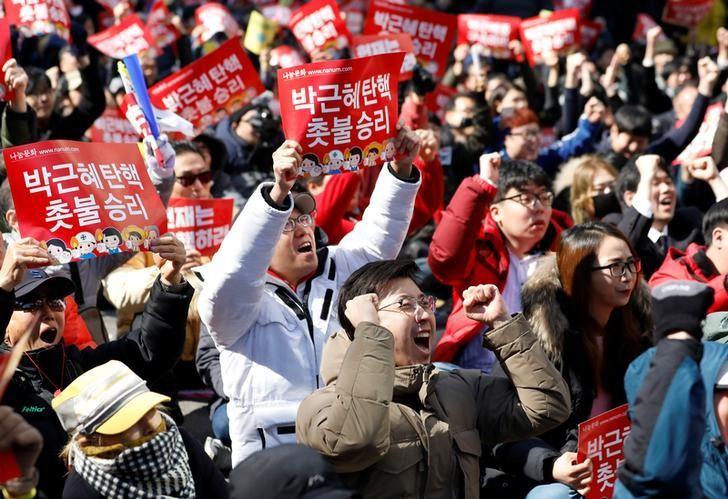 2017年3月10日,韩国首尔,宪法法院通过总统朴槿惠弹劾案后欢呼的人群。REUTERS/Kim Hong-Ji