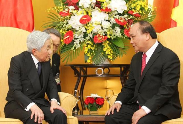 3月10日、ベトナムのグエン・スアン・フック首相は、米国との関係を強化するために米国を訪問し、貿易問題を中心にトランプ米政権と協議する用意があると述べた。ベトナム政府が、フェイスブックの公式ページで明らかにした。 写真は2日、ベトナム・ハノイを天皇皇后陛下が訪れ会合を行った時のもの。右はグエン・スアン・フック・越首相(2017年 ロイター/Kham)