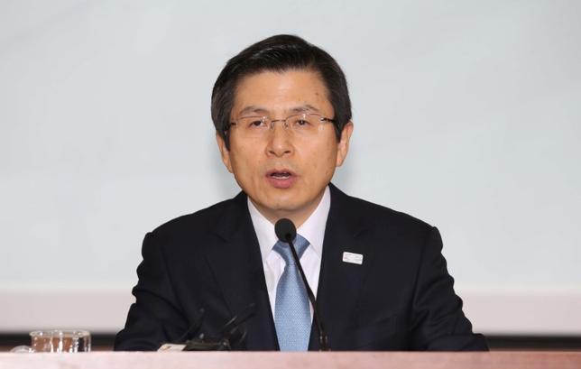 3月10日、韓国の黄教安大統領代行(首相)は、憲法裁判所が朴槿恵大統領の罷免を判断したことを受け、内閣として国を安定させ、国内対立が激化するのを阻止する考えを示した。写真はソウルで2月撮影(2017年 ロイター)