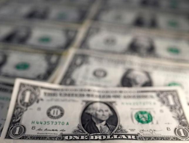 3月10日、ドルが主要通貨に対し下落している。写真はドル紙幣。昨年11月撮影(2017年 ロイター/Dado Ruvic/Illustration)