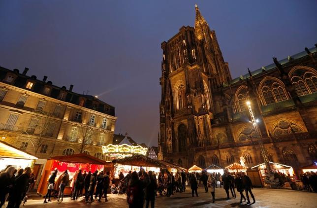 Tourists visit the traditional Christkindelsmaerik (Christ Child market) near Strasbourg's Cathedral in Strasbourg, France, November 26, 2016. REUTERS/Vincent Kessler