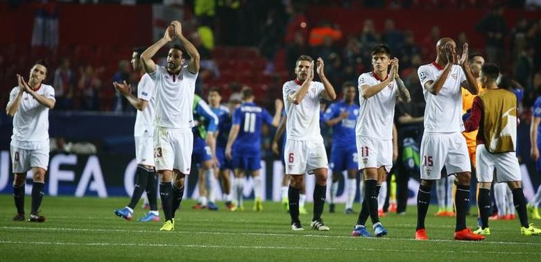 Soccer Football - Sevilla v Leicester City - UEFA Champions League Round of 16 First Leg - Ramon Sanchez Pizjuan Stadium, Seville, Spain - 22/2/17 Sevilla players applaud fans after the game  Reuters / Paul Hanna Livepic /Files