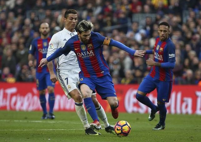 3月11日、サッカーのスペイン1部、レアル・マドリードとバルセロナが激突する伝統の一戦、「クラシコ」が、7月29日にマイアミで開催されることに。写真は2016年12月3日に行われた同カードの模様。バルセロナで撮影(2017年 ロイター/Sergio Perez)