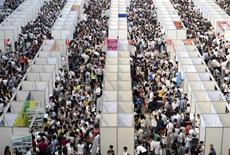 """Miles de solicitantes de empleo en una feria de laboral en el municipio chino de Chongqing. REUTERS/Stringer. El riesgo de una fuerte caída de la economía china se ha reducido, dijo el domingo el jefe de un centro de investigación gubernamental, que agregó que el país ha pasado de un patrón de desaceleración a un crecimiento """"horizontal""""."""