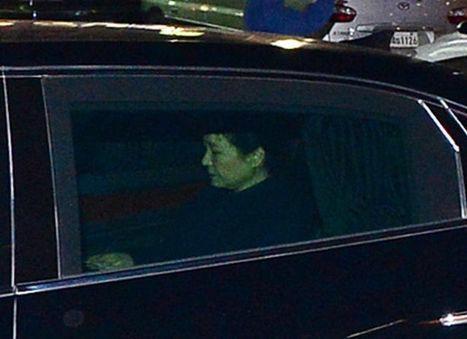 3月13日、韓国の朴槿恵・前大統領が、憲法裁判所から罷免を言い渡されたことを受けて「真実は明らかにされる」と述べたことに対し、野党からは非難の声が相次ぎ、朴氏の捜査を急ぐべきとの訴えが強まっている。写真は韓国大統領府の青瓦台を去る朴槿恵・前大統領。第三者提供写真(2017年 ロイター)