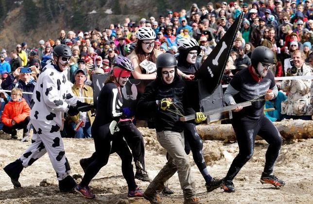 3月11日、米コロラド州ネダーランドで、冷凍保存されているノルウェー人男性の遺体に敬意を表するという、毎年恒例の祭りが開催された。霊柩車パレードで開幕、続いて「棺運び競争」などが繰り広げられた。写真は棺運び競争の様子(2017年 ロイター/Rick Wilking)