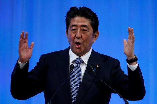 3月13日、政府が導入を検討する残業時間の上限規制を巡る経団連と連合の交渉が100時間を基準とすることで決着したことについて、安倍晋三首相(写真)は、「画期的」と評価した。写真は都内で5日撮影(2017年 ロイター/Toru Hanai)