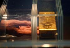 Un visitante toca una barra de oro de 12.5 kilos durante una visita en el Museo del dinero del Bundesbank alemán en Francfórt, Alemania.15 de diciembre 2016. El oro subía el lunes debido a que la incertidumbre creada por las elecciones en algunos países de Europa estimulaba el interés de los inversores por el metal, pero la perspectiva de una inminente alza de las tasas de interés en Estados Unidos mantenía los precios cerca de mínimos de cinco semanas alcanzados hace algunos días. REUTERS/Ralph Orlowski - RTX2VAHQ