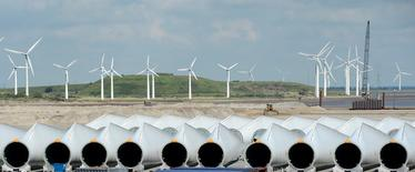 En la imagen, instalaciones de Siemens Wind Power en Esbjerg, Dinamarca, 11 de junio de 2012. La firma alemana de ingeniería Siemens y la española Gamesa consiguieron la aprobación de la autoridades antimonopolio de la Unión Europea para crear el mayor fabricante mundial de turbinas eólicas, dijo el lunes la comisaria de Competencia, Margrethe Vestager.  REUTERS/Fabian Bimmer/File photo