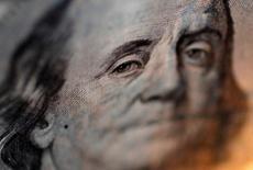 Un billete de 100 dólares en una casa de cambios en Tokio, sep 9, 2010. Bolivia anunció una guía inicial de rendimiento para un nuevo bono en dólares a 11 años en el área del papel comparable del Tesoro estadounidense más 237,5 puntos básicos, reportó el lunes IFR, citando a uno de los bancos encargados de la operación.   REUTERS/Yuriko Nakao/File Photo