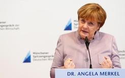 La canciller alemana, Angela Merkel, habla durante una feria internacional en Munich, Alemania. 13 de marzo 2017. Los jefes de algunas empresas alemanas, entre ellas el grupo de ingeniería Siemens y la automotriz BMW, viajarán esta semana con la canciller Angela Merkel a Estados Unidos para reunirse con el presidente Donald Trump, dijeron a Reuters fuentes cercanas al asunto. REUTERS/Michaela Rehle