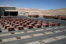 Cátodos de cobre almacenados en la mina de cobre Escondida en Antofagasta, Chile, mar 31, 2008. El cobre subió el lunes un 1 por ciento y alcanzo máximos en más de dos semanas, impulsado mayormente por interrupciones del suministro luego de que los trabajadores de la principal mina del metal en Perú iniciaron una huelga por tiempo indefinido la semana pasada.  REUTERS/Ivan Alvarado