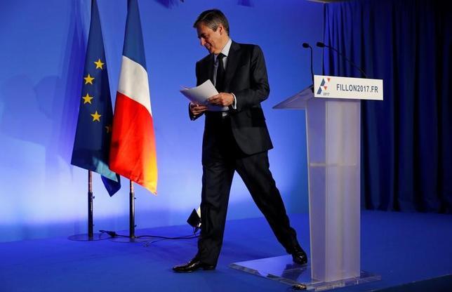 3月13日、フランス大統領選の共和党(中道右派)候補、フィヨン元首相は、低下する支持率の回復を狙い、経済再生に向けた公約を発表したが、高級スーツの贈り物を受け取っていたことが報じられ、新たな逆風にさらされている。写真はその発表記者会見で撮影(2017年 ロイター/Philippe Wojazer)