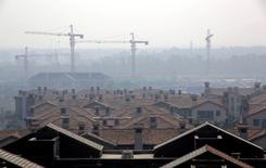 IMAGEN DE ARCHIVO: Un condominio de casas se ve en Wuqing, Distrito de Tianjin, China. 10 de octubre 2016. Las ventas de propiedades en China treparon en los dos primeros meses del año pese a las medidas del Gobierno para enfriar el mercado, aunque el crecimiento de la inversión inmobiliaria mostró señales de alivio, mostraron datos oficiales el martes. REUTERS/Jason Lee/File Photo