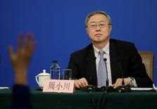 El gobernador del Banco Popular de China, Zhou Xiaochuan, en una conferencia de prensa en Pekín, China. 10 de marzo 2017. El banco central de China vendió en febrero la menor cantidad de divisas en nueve meses, lo que apoya las afirmaciones del Gobierno de que las salidas de capital están disminuyendo en medio de un escrutinio más estricto de los flujos transfronterizos. REUTERS/Jason Lee