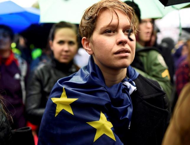 3月14日、欧州市民にとって、今月は落ち着かない時期だ。域内のどこを向いても、紛れもない危機の嵐のなかで、伝統的な安定は崩れつつある。写真は2016年6月、英国の欧州連合との連帯を訴えるデモ参加者。ロンドンで撮影(2017年 ロイター/Dylan Martinez)