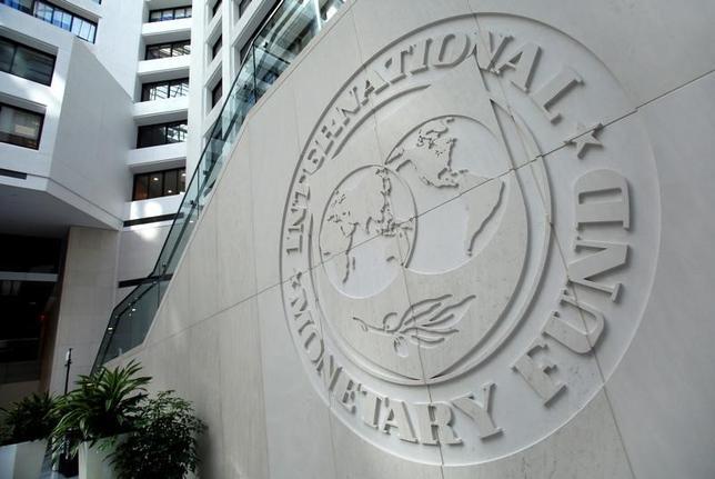 3月14日、国際通貨基金(IMF)は、20カ国・地域(G20)に対し保護主義を回避すると同時に、対外不均衡を是正し、世界貿易を歪める政策を排除するよう呼びかけた。写真はIMFのロゴ、ワシントンで昨年10月撮影(2017年 ロイター/Yuri Gripas)