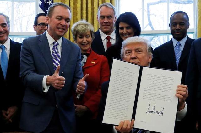 3月14日、トランプ米大統領(写真手前)が政府の政策決定において気候変動への配慮を大幅に減らす大統領令に今週署名する方針だと、ブルームバーグが関係筋の話として報じた。ワシントンで13日撮影(2017年 ロイター/Jonathan Ernst)